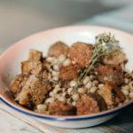 Μαυρομάτικα φασόλια και λουκάνικο Μυκόνου με την τηγάνιση